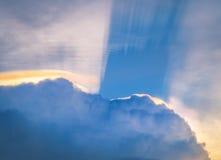 Słońce błyszczy przez podeszczowych chmur Zdjęcie Royalty Free