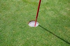 Słońce błyszczy za golfową flaga obrazy royalty free
