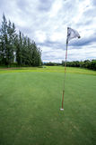 Słońce błyszczy za golfową flaga Zdjęcie Royalty Free