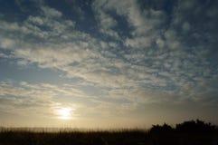 Słońce barwi niebo tworzy mgłę Fotografia Stock