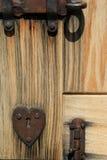 Słońce bielił drewnianego drzwi z ośniedziałym sercem i narzędzia Zdjęcia Royalty Free