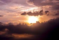 Słońce iść w dół w chmurnym niebie Fotografia Royalty Free