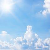Słońce i niebieskie niebo dla tła textured Obrazy Stock