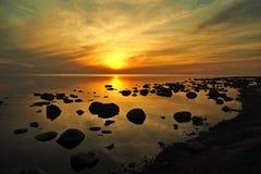 Słońce i zmierzchu pomarańczowy niebo nad kamienia kamieniem suniemy zdjęcia royalty free