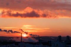 Słońce jest przy świtem Dym i dachy domy Yekaterinburg, Ru Obrazy Royalty Free