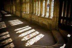 Słońce leje się przez cloisters w studniach katedralnych obrazy stock