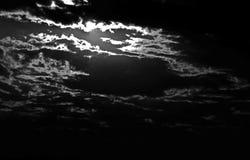 SŁOŃCE NA chmurach W CZARNY I BIAŁY obraz royalty free