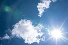 Słońce na tle niebieskie niebo Obrazy Royalty Free