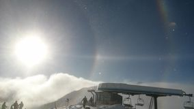 Słońce nad Alps w Włochy podczas słonecznego dnia z tęczą fotografia stock