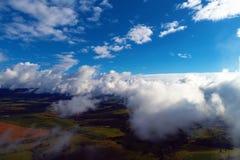 Słońce nad chmurami z wielkim krajobrazem i niebieskim niebem Wolność pokój obraz royalty free