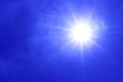 Słońce, niebieskie niebo Zdjęcie Stock