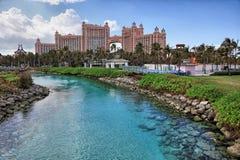 Słońce, niebieskie niebo i bufiaste chmury przy Atlantis hotelem, raj wyspa, Bahamas Zdjęcia Royalty Free
