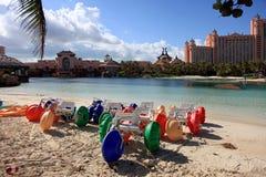Słońce, niebieskie niebo i bufiaste chmury przy Atlantis hotelem, raj wyspa, Bahamas Zdjęcie Stock