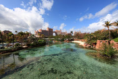Słońce, niebieskie niebo i bufiaste chmury przy Atlantis hotelem, raj wyspa, Bahamas Obrazy Stock