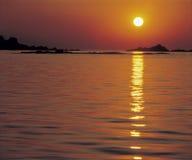 Słońce odbija na wodzie przy zmierzchem Obraz Royalty Free