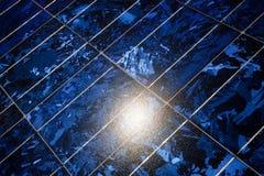 Słońce odbija w dachowych słonecznych modułach wytwarza elektryczność Zdjęcia Royalty Free