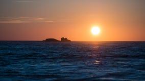 Słońce odbijający na oceanie przy zmierzchem zdjęcia royalty free
