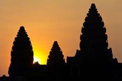 Słońce osiąga szczyt out od Angkor Wat fotografia stock