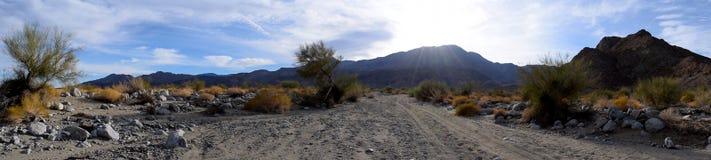 Słońce osiąga szczyt out od pustynnego pasma górskiego w Kalifornia za Obraz Royalty Free