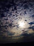 Słońce osiąga szczyt przez chmur Zdjęcia Royalty Free