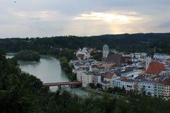 Słońce pęka przez chmur nad Niemieckim miastem fotografia stock
