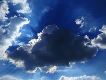 Słońce pęka przez chmury lata zdjęcie royalty free