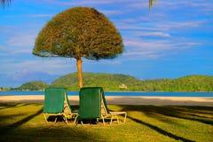 Słońce parasol i krzesła fotografia stock
