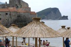Słońce parasol od płoch na plaży Budva, Montenegro Fotografia Royalty Free