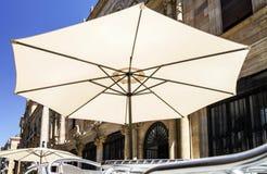 Słońce parasol w ulicznej kawiarni Obrazy Royalty Free
