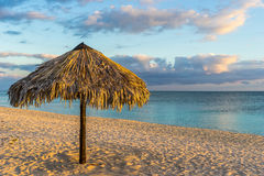 Słońce parasole przy plażą Zdjęcia Stock