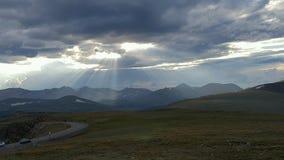 Słońce penetruje chmury i pokazuje daleko jej promienie Zdjęcia Royalty Free