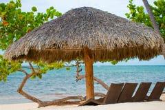 Słońce plaży i parasola łóżka na tropikalnej linii brzegowej, Filipiny, Boracay Zdjęcia Royalty Free