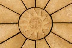 Słońce projekt na złotym coloured brukowego kamienia gwiazdowym wzorze Backgr Fotografia Royalty Free