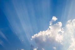 Słońce promień na niebieskim niebie Fotografia Stock