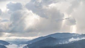Słońce promieni światło przez chmur Fotografia Royalty Free
