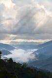 Słońce promieni światło przez chmur Fotografia Stock