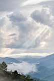 Słońce promieni światło przez chmur Obrazy Stock