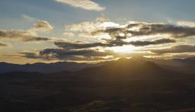 Słońce promieni lits przez chmur nad doliną Zdjęcie Stock