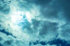 Słońce promieni spojrzenie przez cumulus chmur Zdjęcia Stock