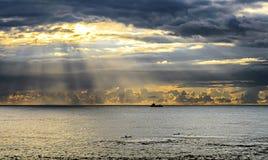 Słońce promienie światło z majestatyczny chmurnym Zdjęcia Stock