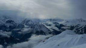 Słońce promienie błyszczą przez chmur, iluminuje srogie góry, Les łuki, los angeles Plagne, Francja zdjęcie stock