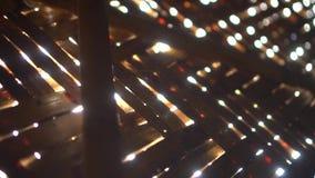 Słońce promienie błyszczy przez bambus ściany bungalow zdjęcie wideo