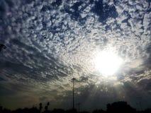 Słońce promienie i wiele chmury Zdjęcia Royalty Free