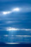 Słońce promienie iluminują powierzchnię morze, tworzy jaskrawego punkt na wodzie Zdjęcia Royalty Free