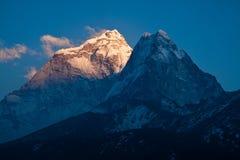 Słońce promienie na górze Ama Dablam 6814 m przy zmierzchem himalaje Obrazy Royalty Free
