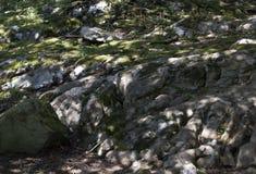 Słońce promienie na skałach Zdjęcia Stock