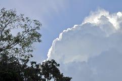 Słońce promienie od cumulus chmur obraz stock