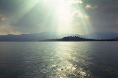 Słońce promienie przez ciemnych chmur Zdjęcie Royalty Free