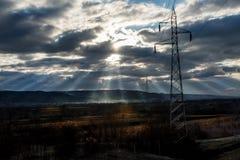 Słońce promienie przez dramatycznego nieba obrazy stock