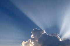 Słońce promienie przychodzący przez chmur. fotografia stock